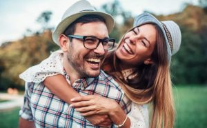ζευγάρι αγκαλιάζεται γελάει κάνουν κοπέλα σου χαρούμενη
