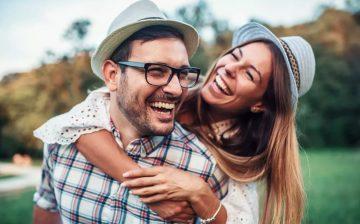 ζευγάρι αγκαλιάζεται γελάει κάνουν την κοπέλα σου χαρούμενη
