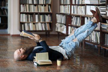 άνδρας διαβάζει βιβλίο