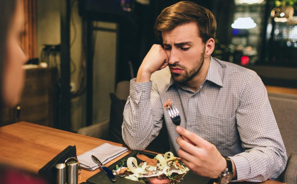 άνδρας τρώει βράδυ