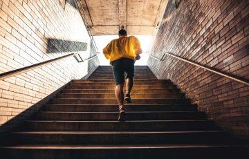 άντρας ανεβαίνει σκάλες κάψεις περισσότερες θερμίδες