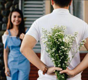 άνδρας δίνει λουλούδια