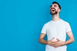 άντρας γελάει δυνατά κάψεις περισσότερες θερμίδες