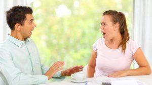 άντρας γυναίκα μιλάνε έντονα τοξικές ατάκες