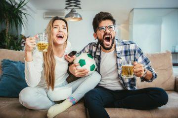 άντρας γυναίκα πίνουν μπύρα βλέπουν ποδόσφαιρο σε βλέπει μόνο φιλικά