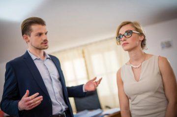 άντρας μιλάει γυναίκα ακούει τοξικές ατάκες