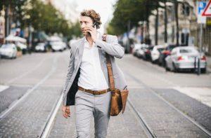 άντρας μιλάει κινητό περπατάει