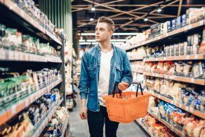 άντρας ψωνίζει σούπερ μάρκετ