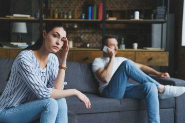 ενοχλημένη γυναίκα άντρας μιλάει κινητό ενοχλητικές συνήθειες