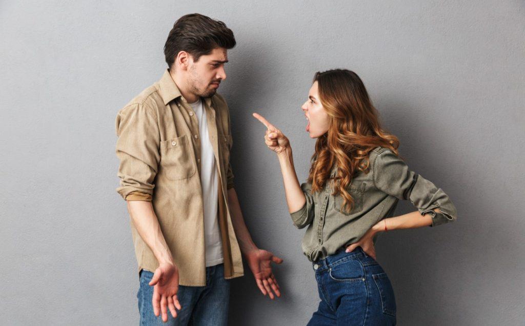 γυναίκα μαλώνει άνδρα