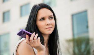 γυναίκα αγνοεί κινητό σε βλέπει μόνο φιλικά