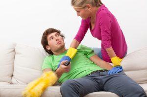 γυναίκα κάνει δουλειές άντρας κάθεται