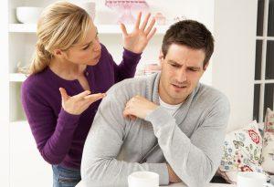 γυναίκα κατηγορεί άντρα