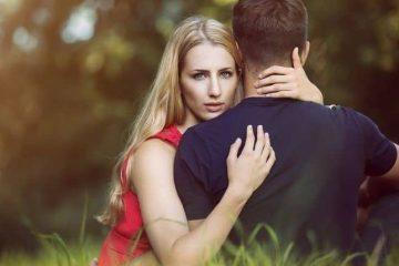 γυναίκα κρατάει αγκαλιά αντρα