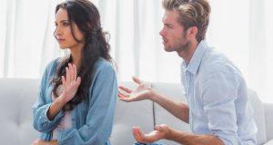 γυναίκα σταματάει άντρα μιλάει
