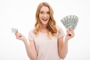 κοπέλα κρατάει λεφτά κάρτα τύποι γυναικών αποφύγεις