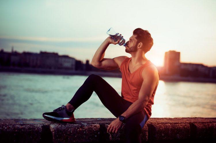 λόγοι που είναι σημαντικό να πίνεις νερό
