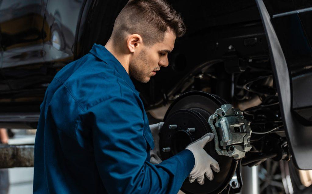 μηχανικός φτιάχνει το αμάξι