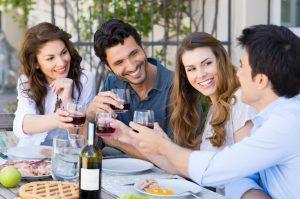 παρέα τραπέζι πίνει κρασί