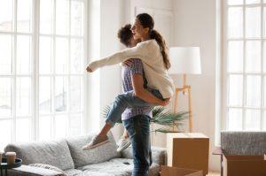 χαρούμενο ζευγάρι αγκαλιά αλήθειες για την συγκατοίκηση