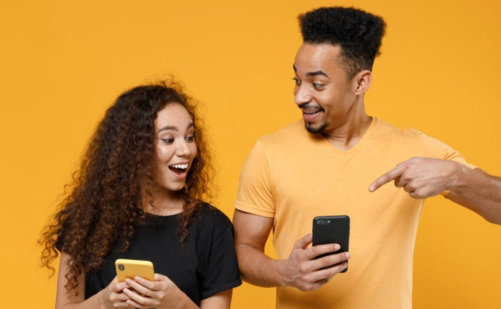 ζευγάρι κοιτάνε το κινητό