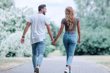 ζευγάρι περπατάει