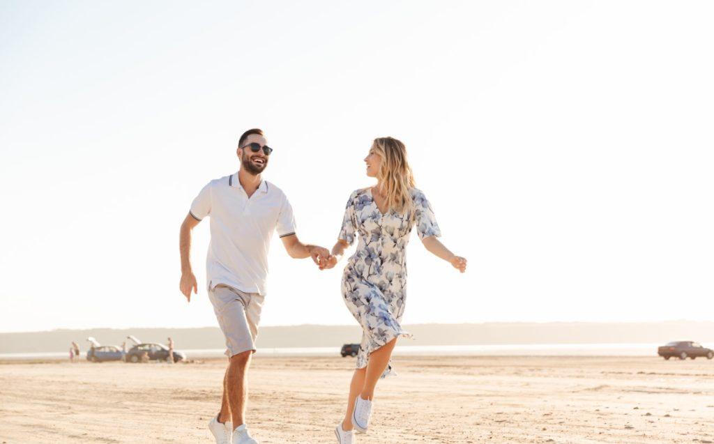 ζευγάρι τρέχει παραλία