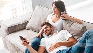 ζευγάρι καναπές βλέπει τηλεόραση