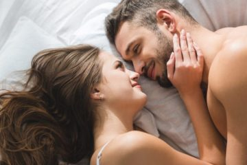 ζευγάρι κρεβάτι αγκαλιάζεται