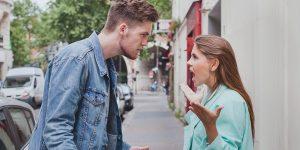 ζευγάρι μαλώνει δρόμο ενοχλητικές συνήθειες