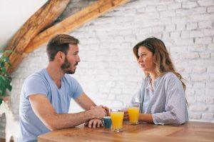 ζευγάρι συζητάει σε βλέπει σοβαρά