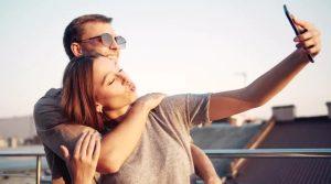 ζευγάρι βγάζει selfie