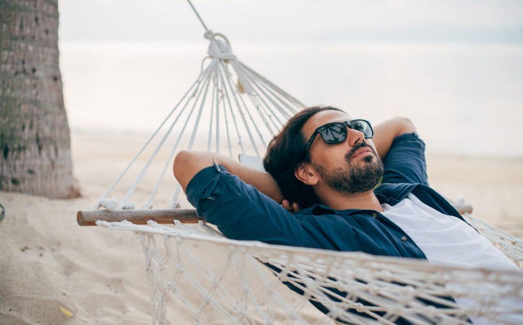 άνδρας με γυαλιά ηλίου στην παραλία
