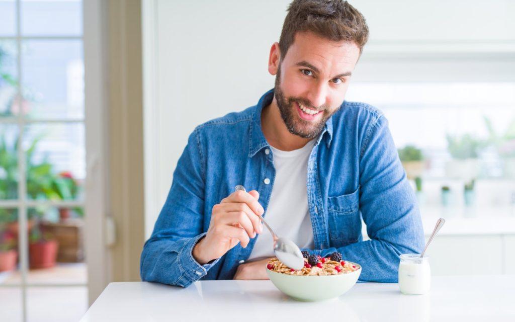 άνδρας τρώει πρωινό