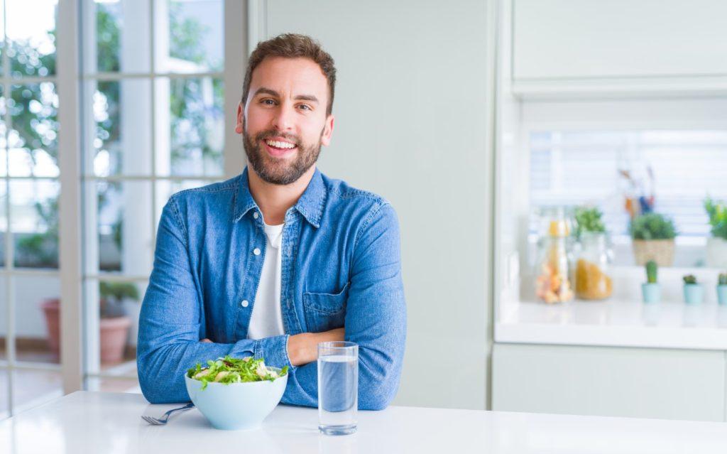 άνδρας τρώει σαλάτα