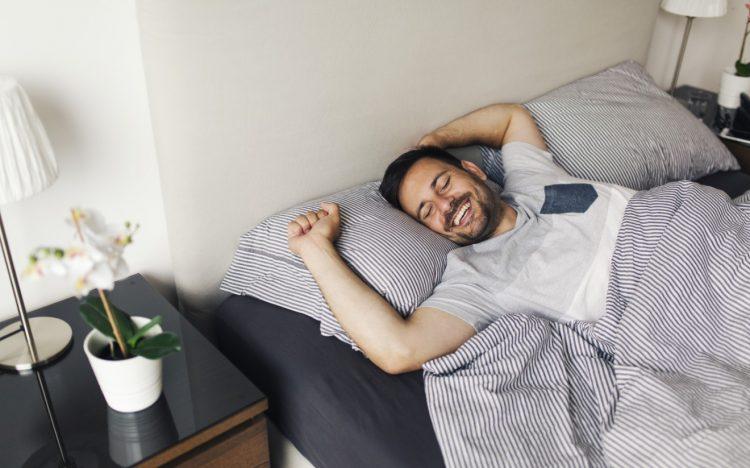 άνδρας ξυπνάει χαρούμενος