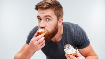 άντρας τρώει λαίμαργα περιορίσεις τις λιγούρες