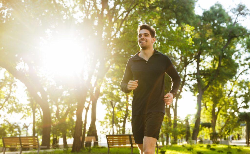 άνδρας τρέχει στο πάρκο το πρωί
