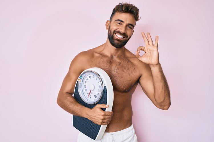 άνδρας γραμμωμένος και με διατροφή έχει πετύχει ωραίο σώμα