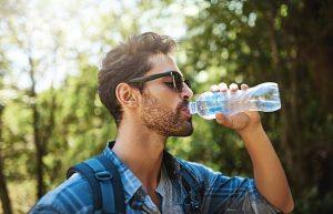 ανδρας πινει νερό