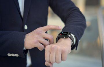 άνδρας με smartwatch