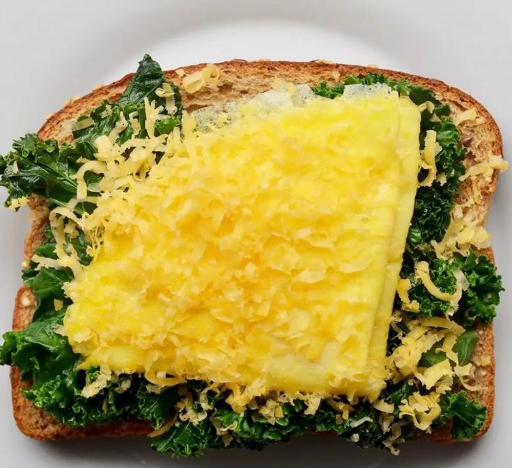 πρωινό με ψωμί και ομελέτα