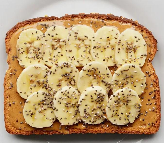 πρωινό με ταχίνι και μπανάνα
