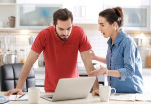 ζευγάρι μιλάει έντονα κουζίνα σεβασμός στη σχέση