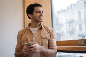 άνδρας στέλνει μήνυμα στο κινητό