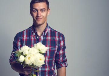 άντρας κρατάει λουλούδια Καταστροφικές συνήθειες