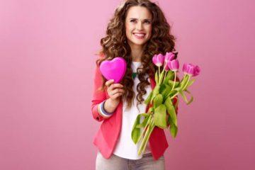 γυναίκα που κρατάει λουλούδια