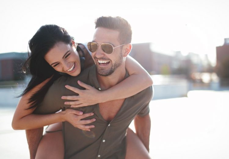 ζευγάρι γελάει