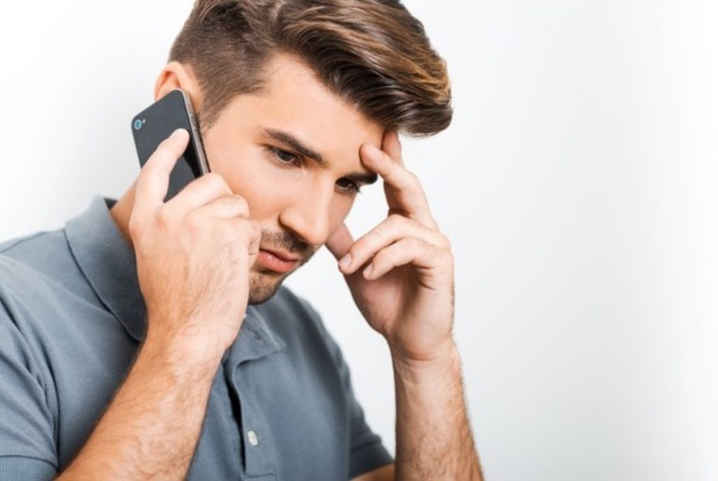 ανδρας μιλάει στο τηλέφωνο