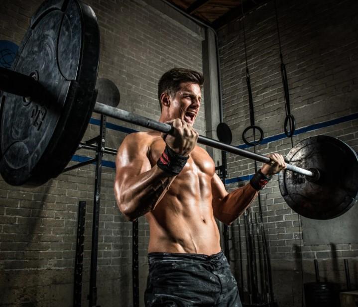 άντρας σηκώνει βάρη μην κάψεις τους μυς